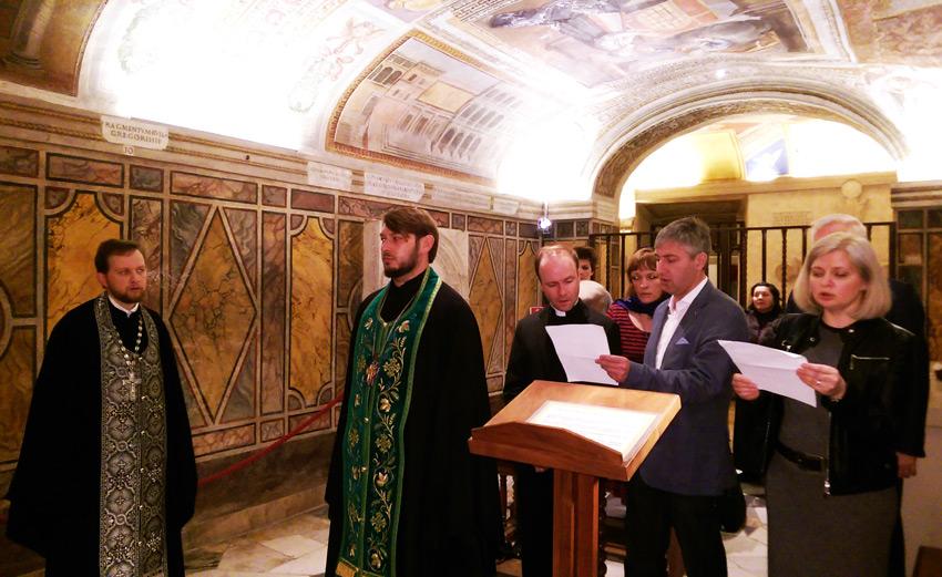 Молебен в гроте Ватикана